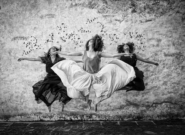tančící ženy