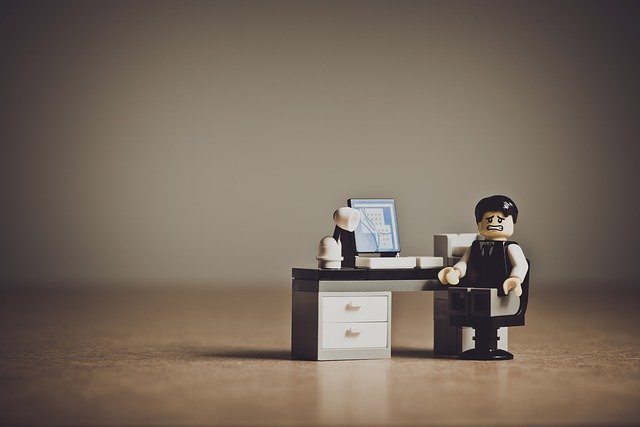 LEGO postavička, stres v práci.jpg