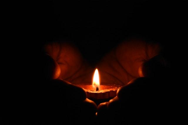 sviečka v dlaniach.jpg