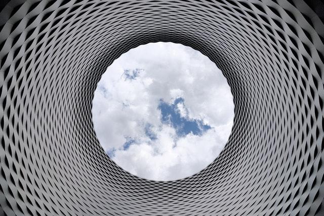 Tunel vytvorený z hliníka s pohľadom na nebo