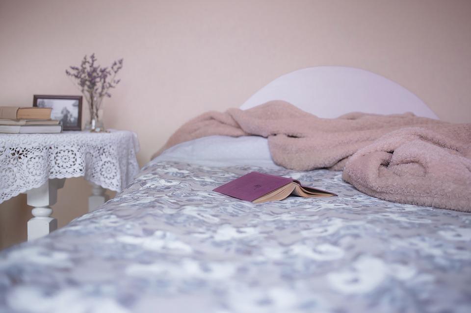 posteľ, kniha